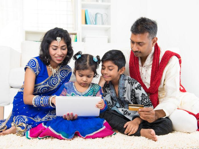 Familia Indu comprando por internet