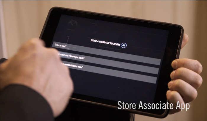 Tablet del empleado de la tienda integrada con el software de los nuevos espejos Oak Mirrors contactless