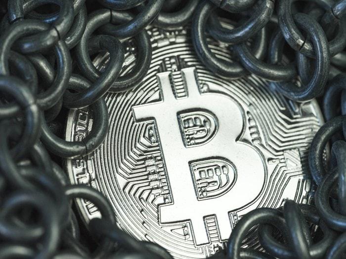 Tras la espectacular subida reciente, el bitcoin cae por debajo de los 13.000 dólares